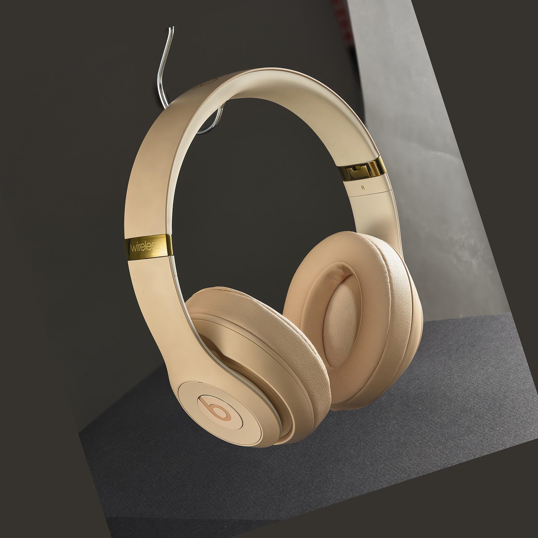 sage-studio-headset-ecommerce-creative-before